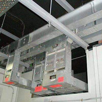 Líneas Blindocompatto 2.000A con ángulos diedros y en T.