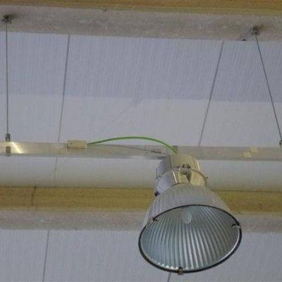 Blindoluce BLP 40A sobre techo técnico en nave industrial