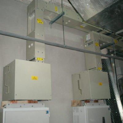 TORRE IBERDROLA (BILBAO). Aplicación del blindos: Interconexiónes entre trafos y cuadros (3200A). Reparto de fuerza por 41 plantas (2000A-3200A). Centralización de contadores (2000A).